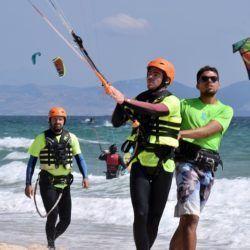 Curso grupal de kitesurf en Tarifa impartido por instructores certificados