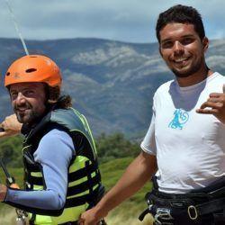Instructor enseñando a alumno cómo hacer kitesurf