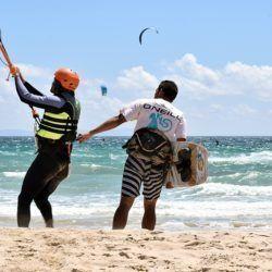 Monitor y alumno en curso de kite en tarifa