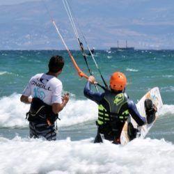 Alumno recibiendo un curso de Kitesurf privado en Tarifa