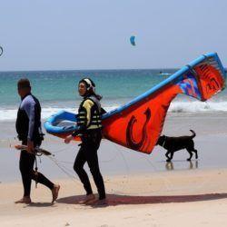 Alumnos e instructores en un curso de kitesurf en Tarifa