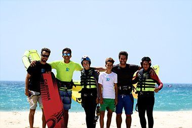 Clases de Kitesurf. Curso Grupal. kite local school tarifa