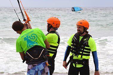 instructor y alumnos en un curso de kitesurf en Tarifa