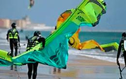Clases de Kitesurf, practica en la playa, kite local school tarifa
