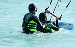 Instructor y alumno en Clases de Kitesurf kite local school tarifa