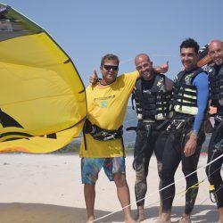 clase grupal de kite en tarifa, grupo de alumnos acompañados de instructor experimentado